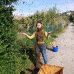Imker-Imkerin-mit-Bienenkleid