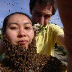 Imker-Imkerin-mit-Bienenkleid-5