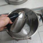 10-1-cm-heisses-Wasser-in-Edelstahlhobbok-zum-absetzen-und-loesen